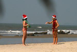 Weihnachtsfrauen in Goa am Strand